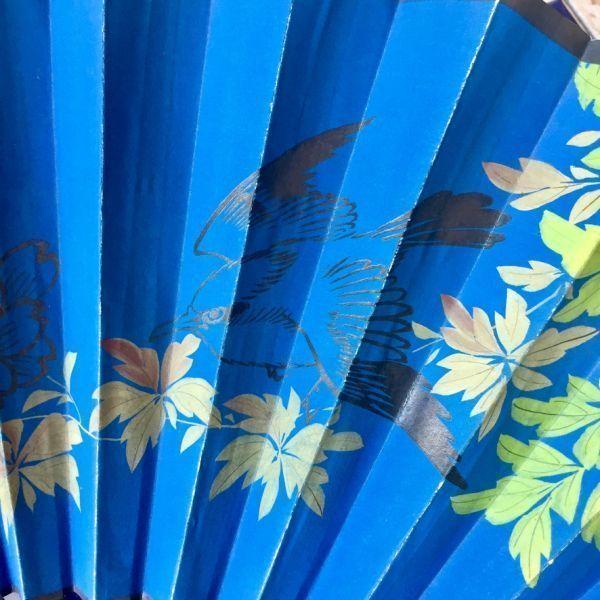 Gran abanico de papel pintado, madera lacada y nácar