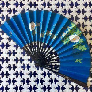 Abanico chino de papel pintado, madera lacada y nácar